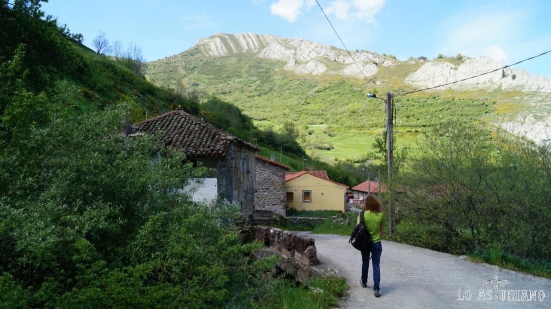 La peña Blanca, 1588 m, desde Perlunes, en Somiedo. Esta peña se puede subir desde Perlunes o desde Cores, del otro lado, en el valle de Pigüeña.