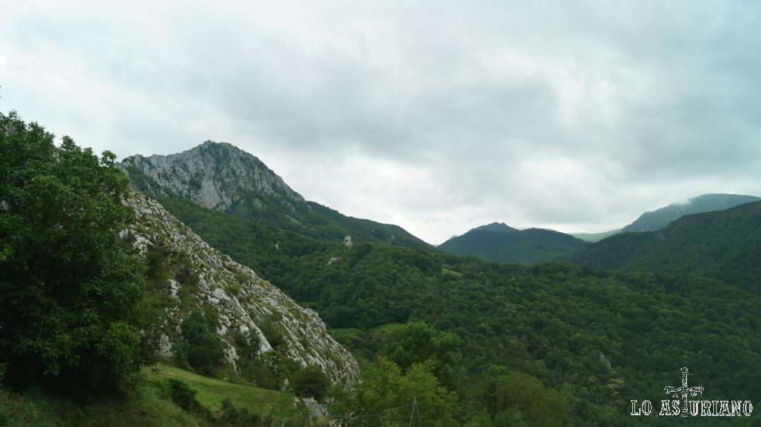 A la izquierda, la peña Vigueras, de 1386 m. La foto está tomada en la subida a Fresnedo, Teverga.