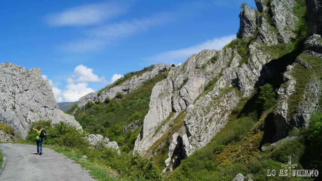 A la izquierda, estribaciones del Cerridiel y a la izquierda, primeras estribaciones de peña Blanca.