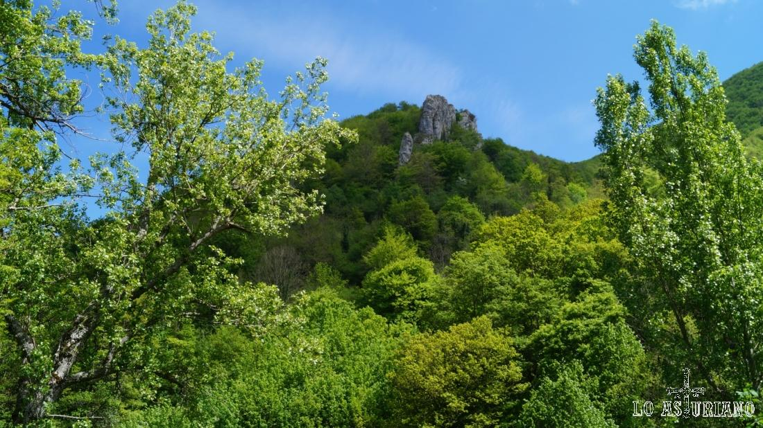 Las verdes estribaciones del pico Cerridiel.