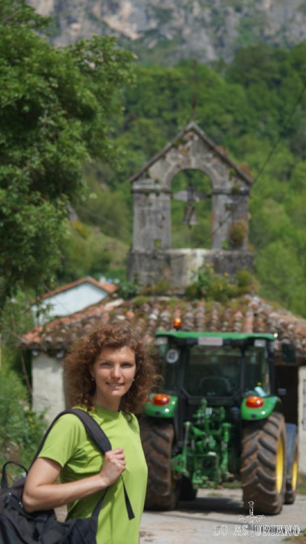 Ermita de San Juan y San Antonio, y tractor john deere.
