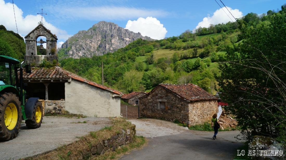 Pasando por Aguino, con la ermita y el alto del Gurugú, al fondo.
