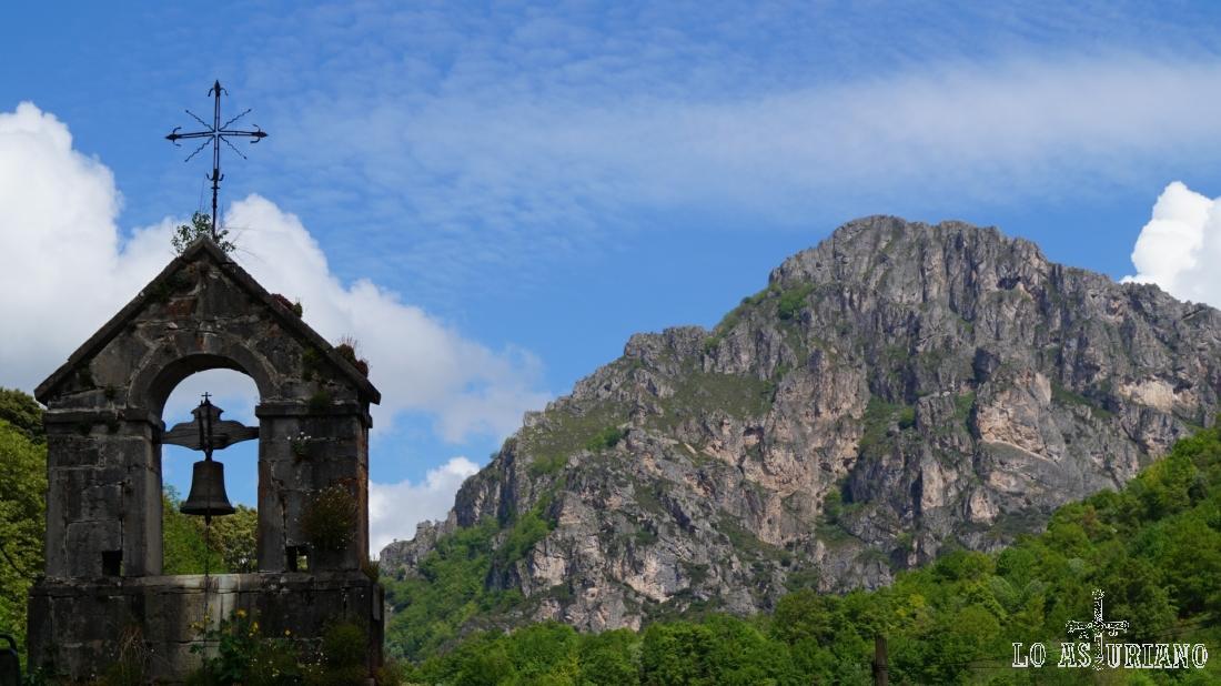 Campanario de San Juan y San Antonio, y el alto del Gurugú.