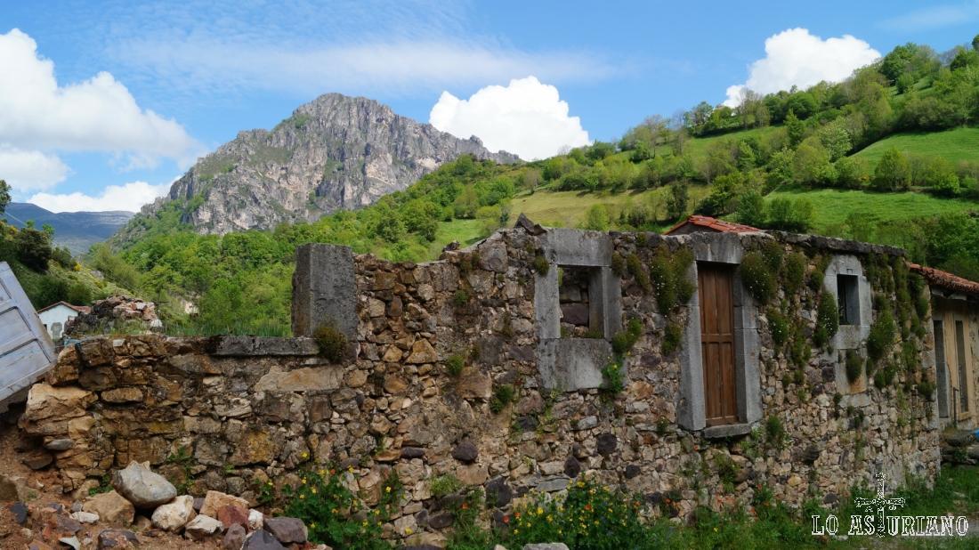 Casa en ruinas en Aguino.