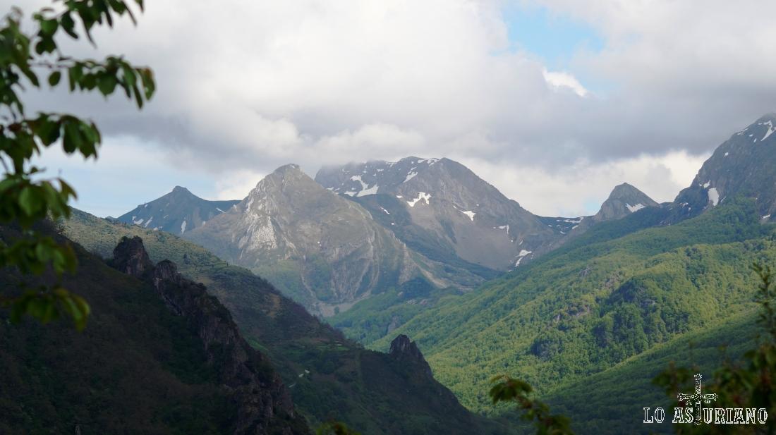 Cimas de la cabecera del río Sousas, desde el mirador de la collada de Aguino.