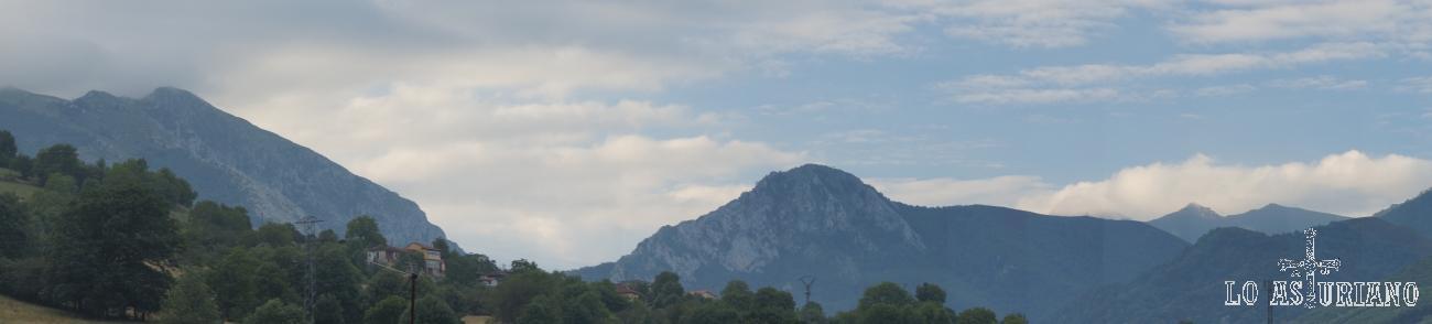 Panorámica de peña Vigueras, desde San Martin de Teverga.