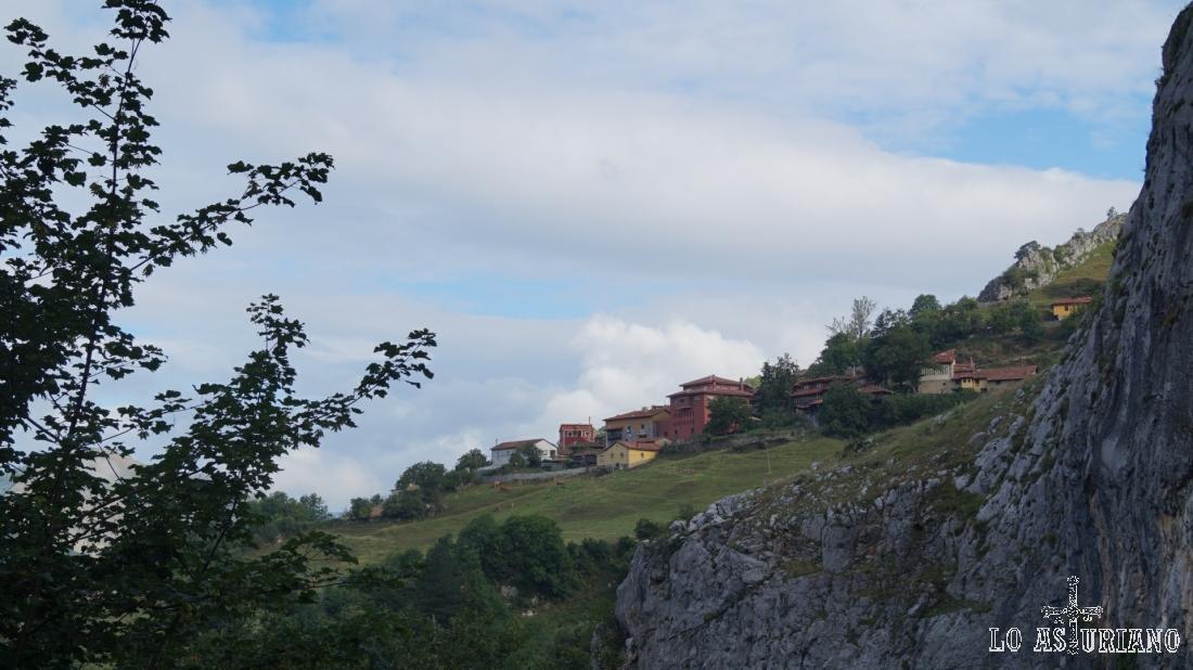 Entre la ventanas de los túneles, a mano derecha, podemos ir viendo vistas de Fresnedo.