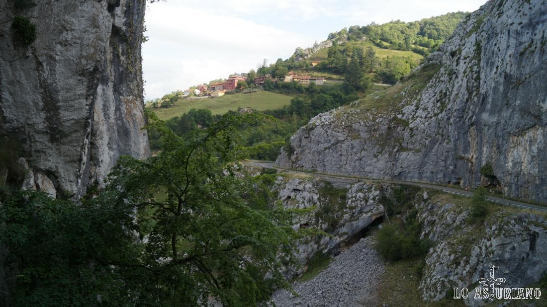 Seguimos con vistas a Fresnedo y la carretera, que queda atrás; fíjate de lo abrupto de esta zona del desfiladero.