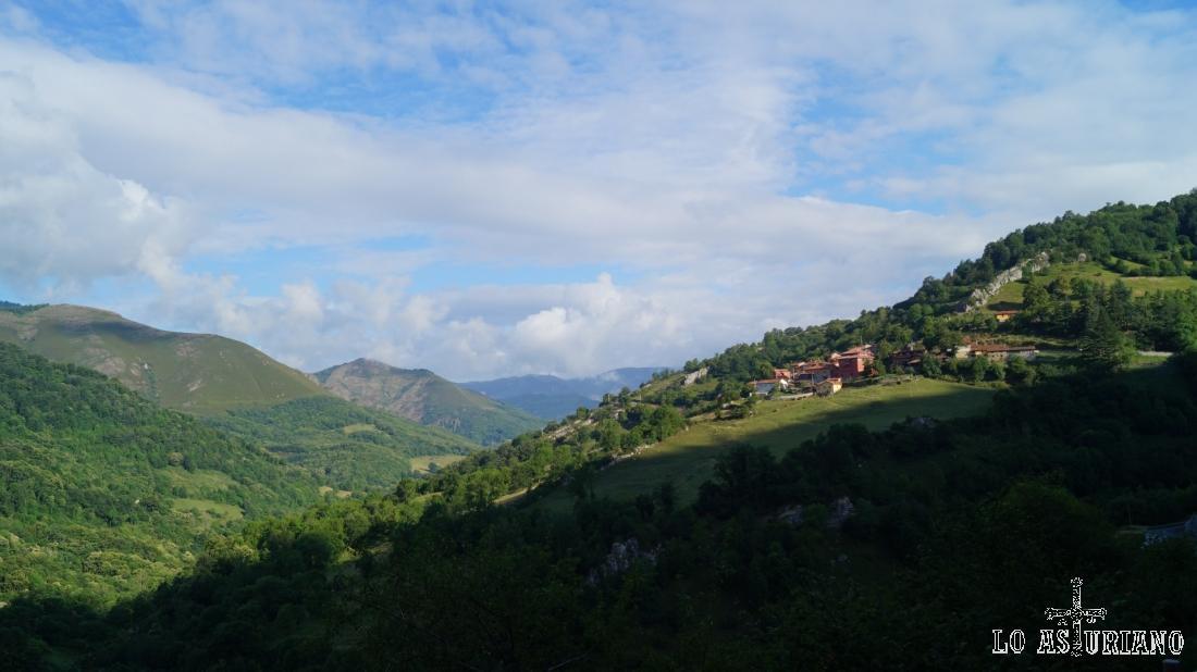 Vistas al valle del río Páramo, con Fresnedo a la derecha.
