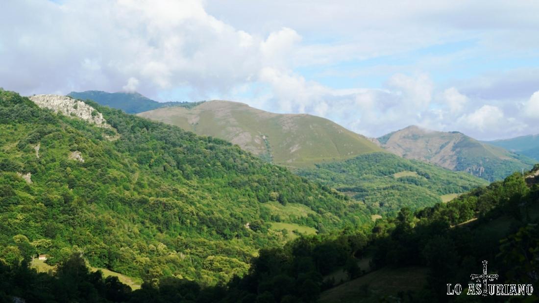 La sierra de las Cruces y los montes del valle del río Páramo.