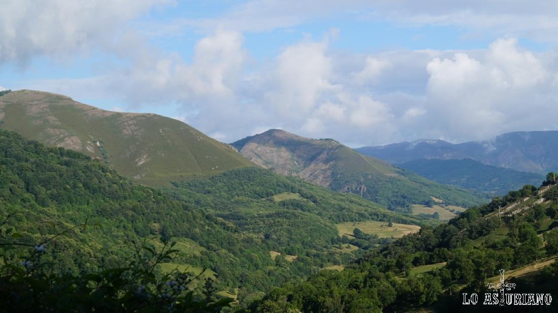 El pico Vaxinas, en el medio de la imagen, al que se puede subir desde San Salvador de Alesgas.