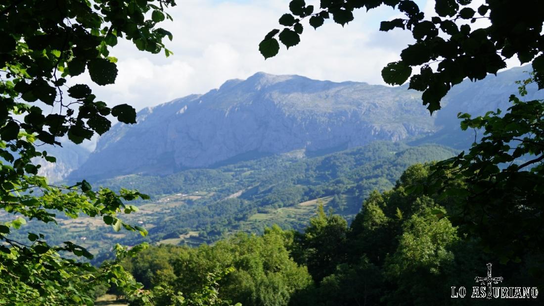 La sierra de Sobia, y muy a su izquierda, el desfiladero de Valdecereizales.
