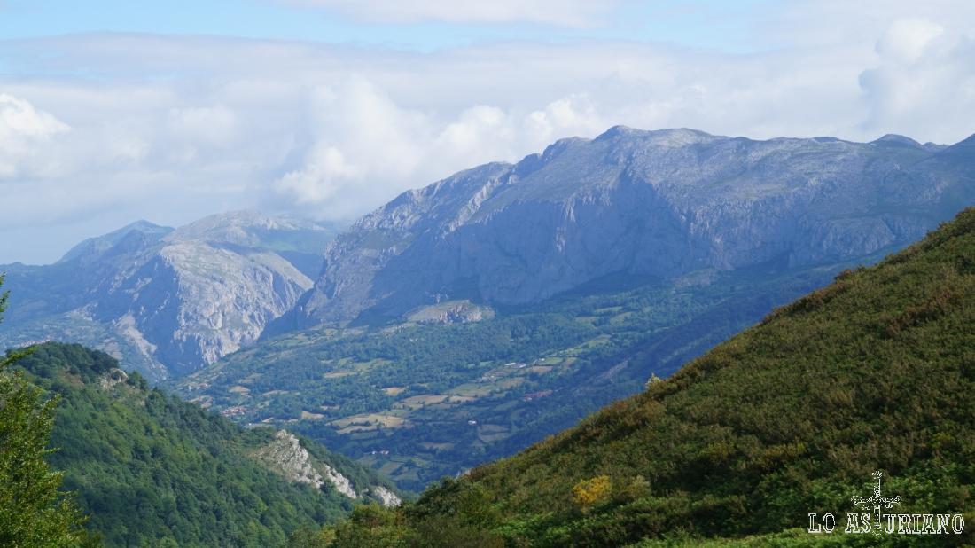 Vistas desde los 1161 m del collado del Pando.