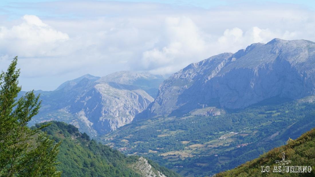 A la izquierda al fondo, el pico Caldoveiro. Delante la sierra de Peña Gradura, a su derecha el desfiladero de Valdecereizales y más a la derecha, la mole de Sobia, emblema de San Martín de Teverga.