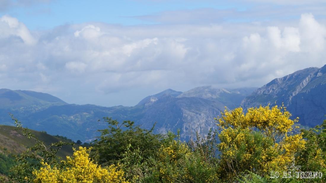 En el centro de la imagen, la puntita del Pico Caldoveiro, en el entorno de Puertos de Marabio.