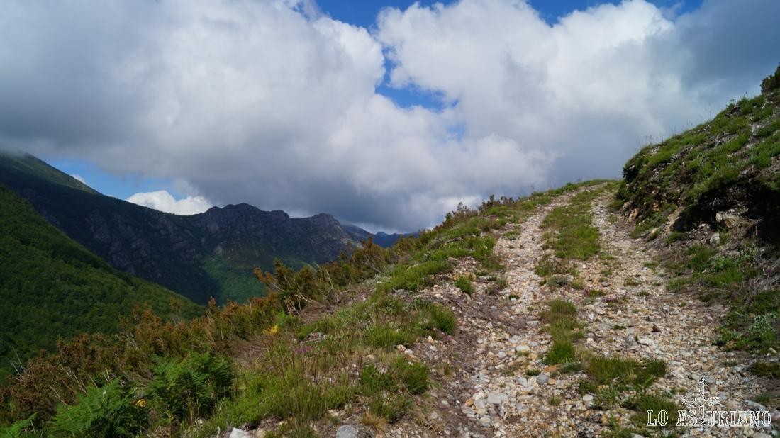 Vamos ascendiendo por este camino despejado y con bonitas vistas.