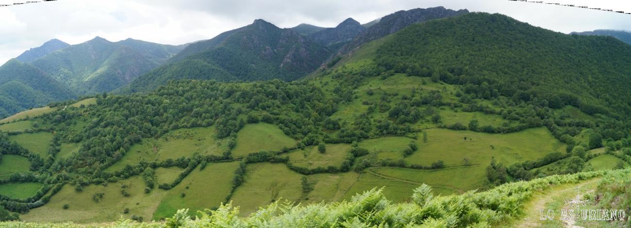 Preciosa panorámica con las praderías de Fociella y los bosques de Montegrande.
