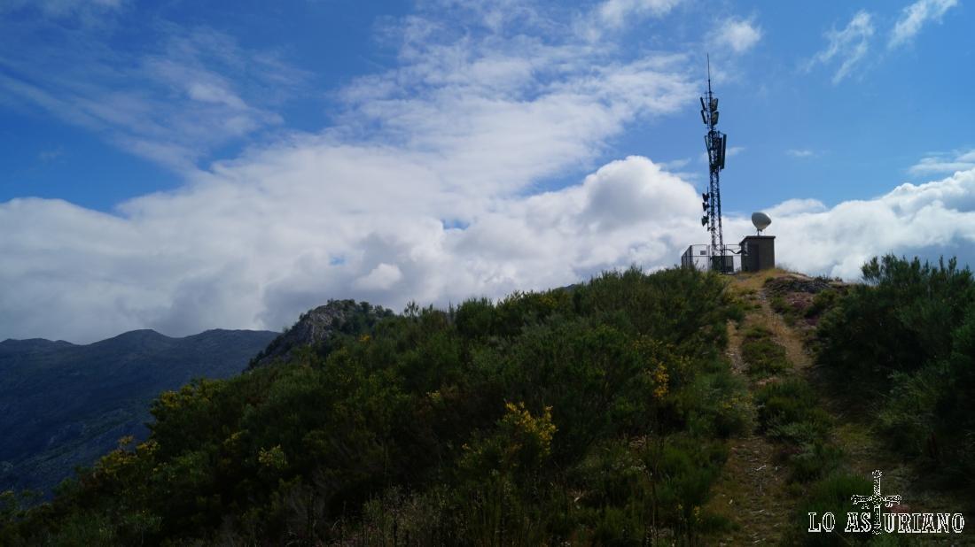 El camino llega a la antena, que bordearemos, para seguir hacia la peña Vigueras (al fondo).