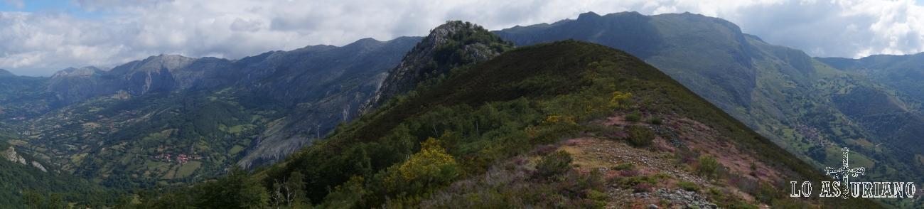 La cima de peña Vigueras, a la que accedemos siguiendo el cresterío. En algunos tramos se complicará el paso por la gran vegetación o por zonas de rocas.