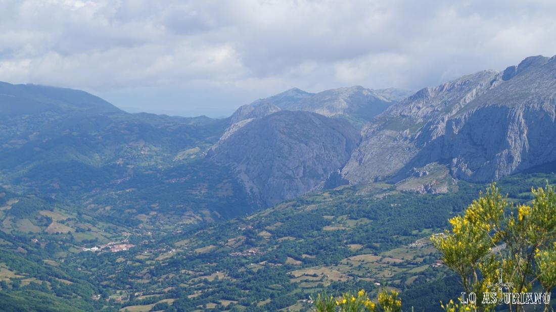 Se ve muy bien la cima del Caldoveiro, en el medio, que está en el límite de Teverga, Proaza y Yernes y Tameza.