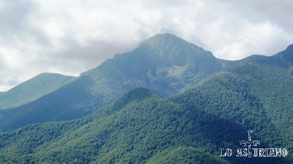 El hermoso pico de La Ferreirúa, cuyo ascenso tenemos en esta web en otra ruta.