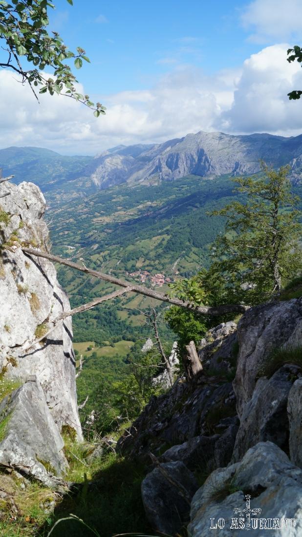 Magníficas vistas del valle del río Páramo, desde peña Vigueras.