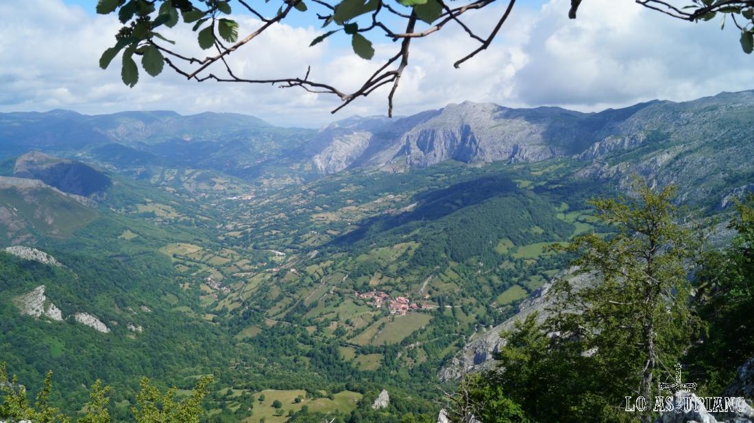 Vistas hacia el norte: Sobia, Yernes y Tameza y el valle del río Páramo.