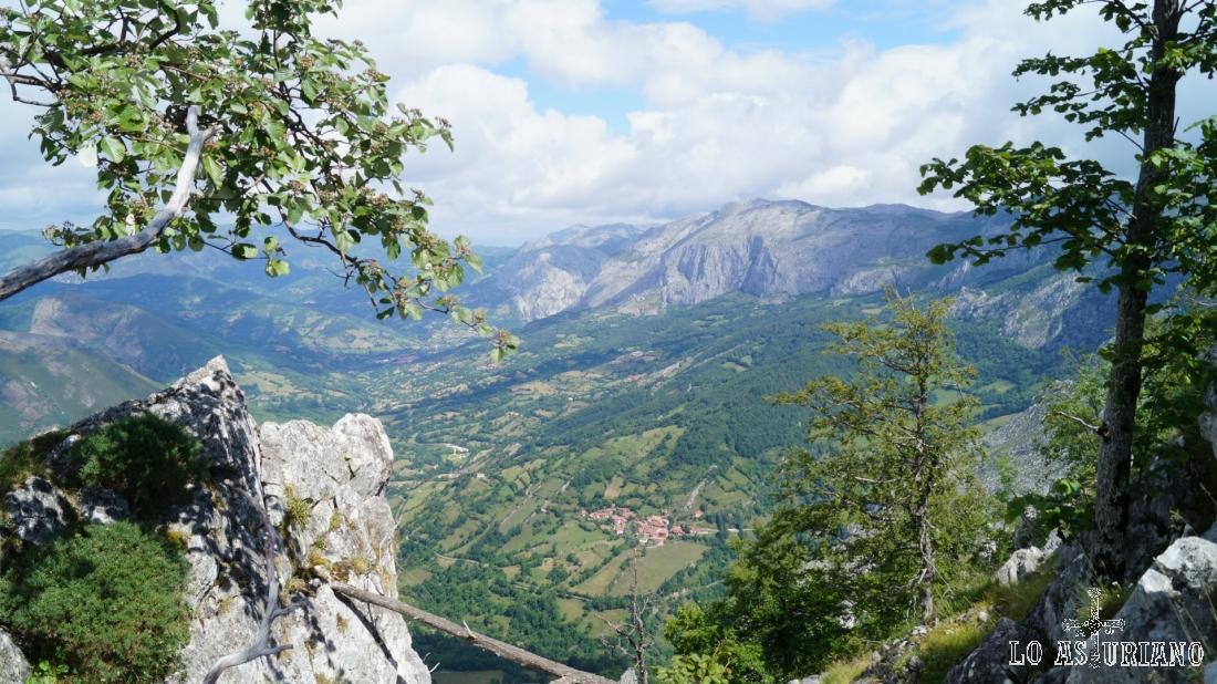 Recreándonos desde los roquedos de la cima de Vigueras, a más de 1500 metros de altura.