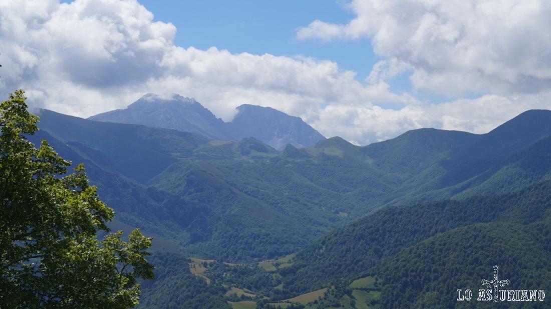 El macizo de las Ubiñas, y los verdes bosques del Puerto de la Ventana.
