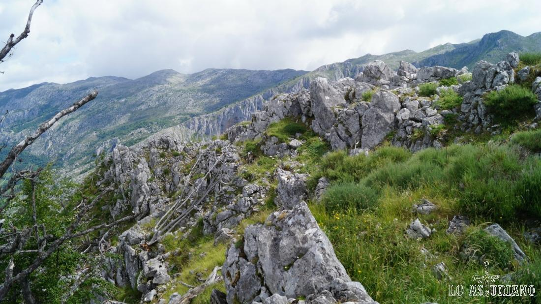 Como ves, la zona de la cima es rocosa, irregular y sin un trocito llano.