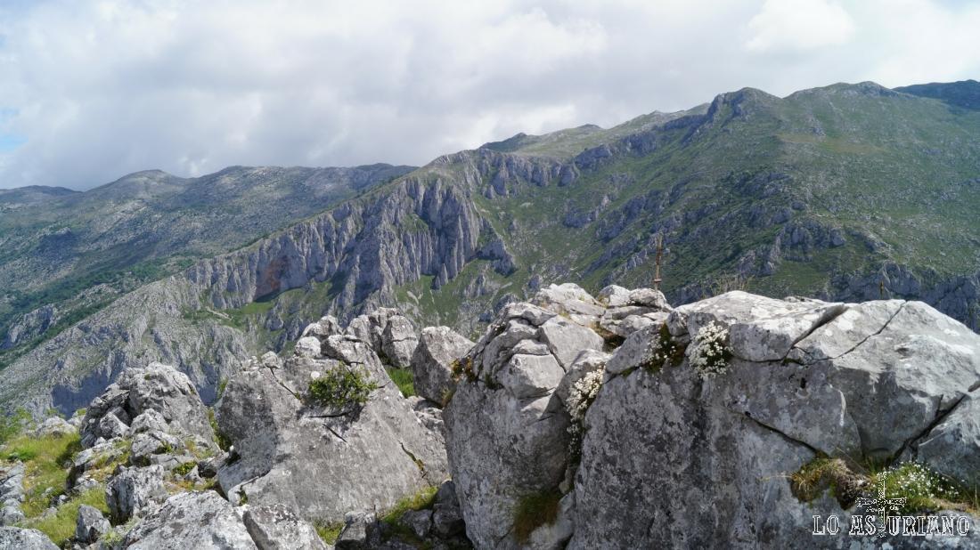 Vistas desde la cima de Vigueras, hacia la barrera natural de Sobia.