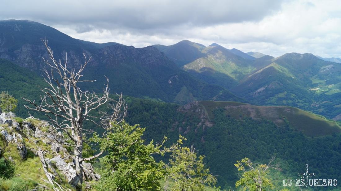 Guapas vistas desde la escarpada cima de Vigueras.