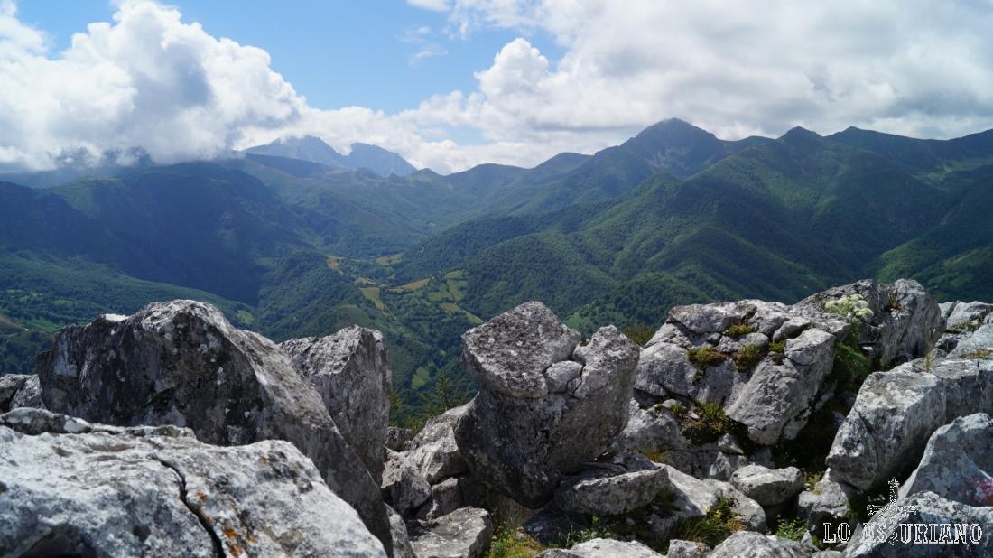 Sobresalen al sur, las cimas izda de las Ubiñas y a su derecha la Ferreirúa. Delante del último, el hayedo de Montegrande.