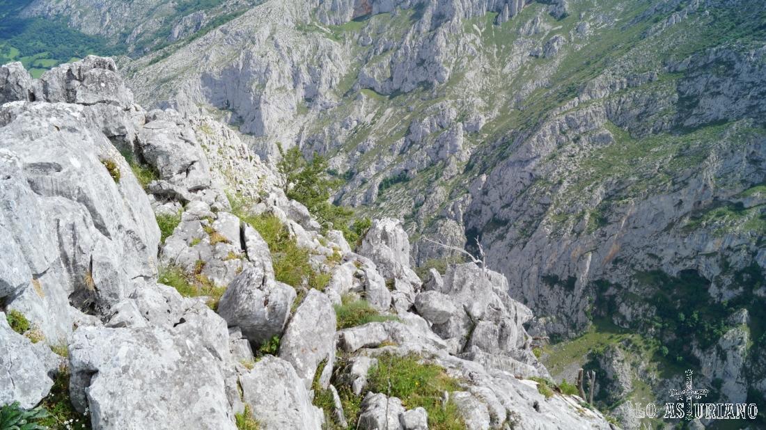 El imponente desfiladero desde peña Vigueras: abajo la carretera del puerto de la Ventana.