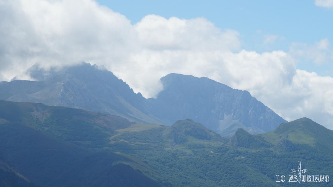 A la derecha, la Ubiña Mayor, con sus 2417 metros.