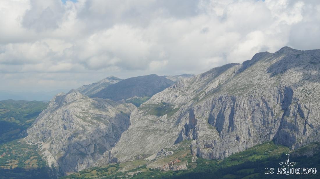 Al fondo el pico Caldoveiro. y a la derecha el pico la Siella.