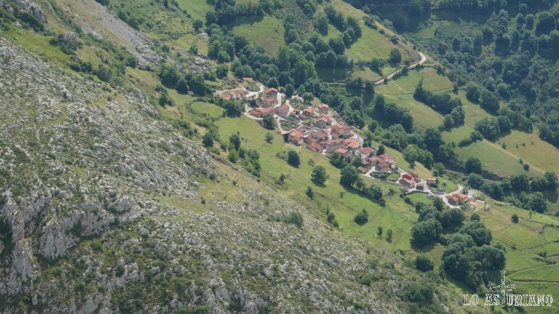 Villa de Sub con el zoom; en este pueblo hay una escuela de escalada.