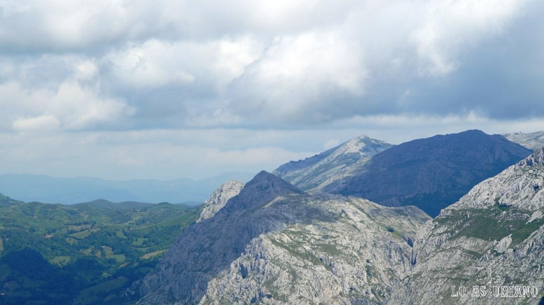 Este es un buen zoom hacia la zona del pico Caldoveiro y los puertos de Marabio.
