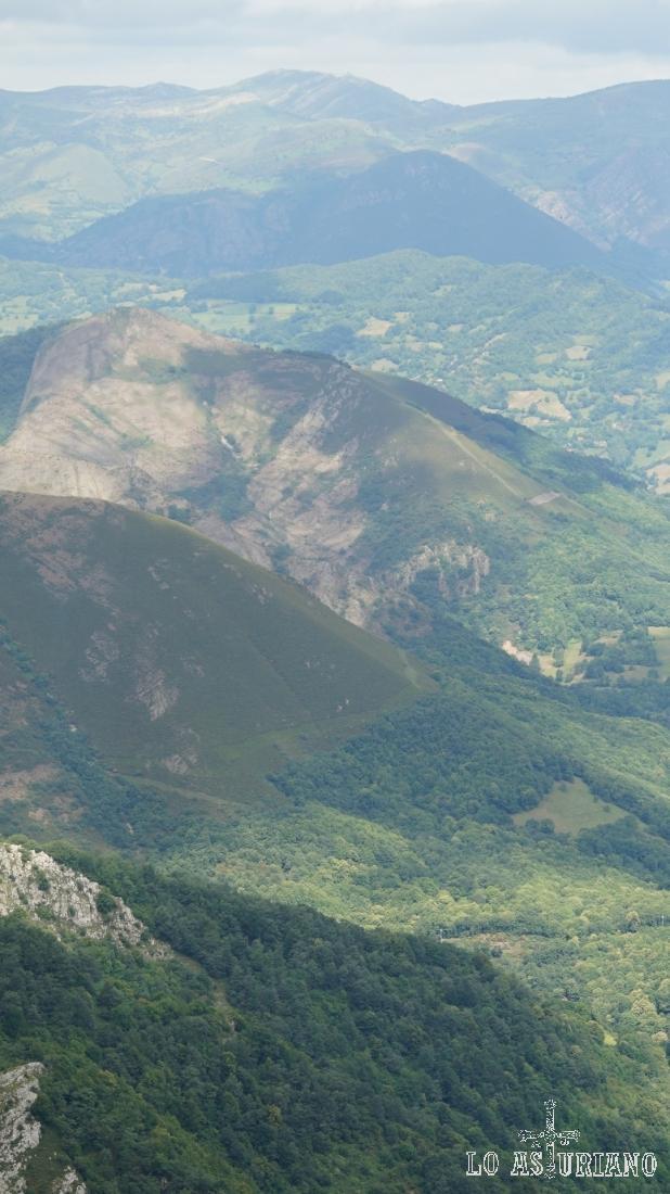 Sucesión de montañas y colinas en el horizonte.