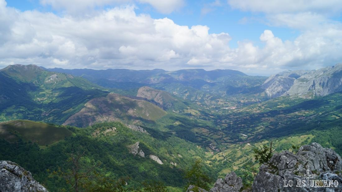 Estupendas vistas hacia San Martín de Teverga, y el desfiladero por el que el Teverga baja hacia el río Trubia.