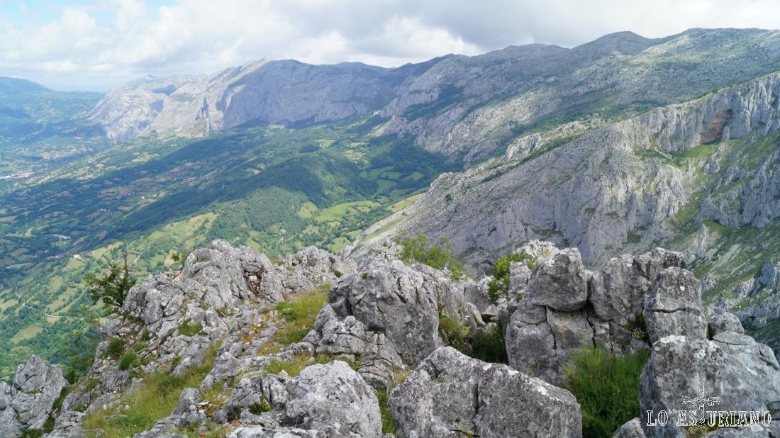 En el otro lado del río Páramo, la mole rocosa de la sierra de Sobia.