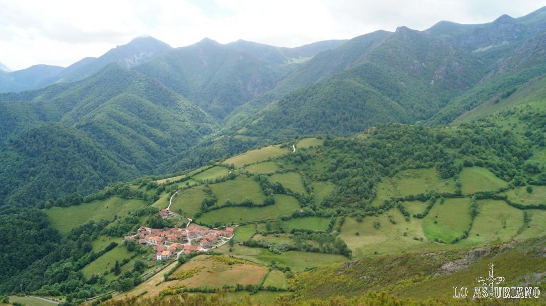 Magníficas vistas de la Focella y del hayedo de Montegrande; desde este pueblo también se puede ascender a esta peña.