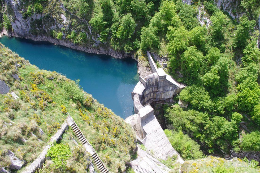 La presa de la Jocica, tiene unos 60 metros de altura, y está apresada, nunca mejor dicho, entre estas verdes paredes. Vierte su agua al río Dobra, que a su vez desemboca en el célebre río Sella.