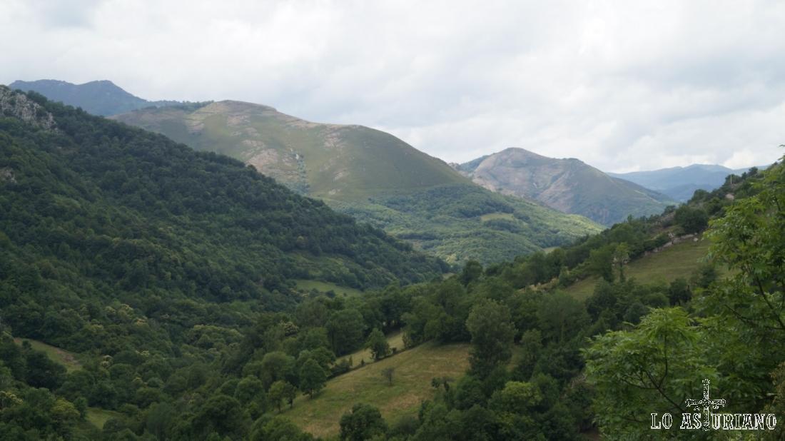Sierra de las Cruces, Cueto del Fraire o el pico Coañana, son algunas de las cimas de esta línea.