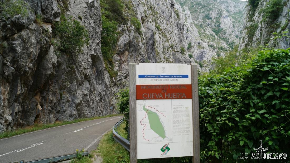 Panel explicativo del Monumento Natural de Cueva Huerta.