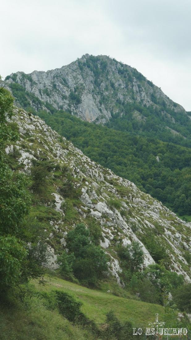 La peña Vigueras desde Fresnedo, Teverga.