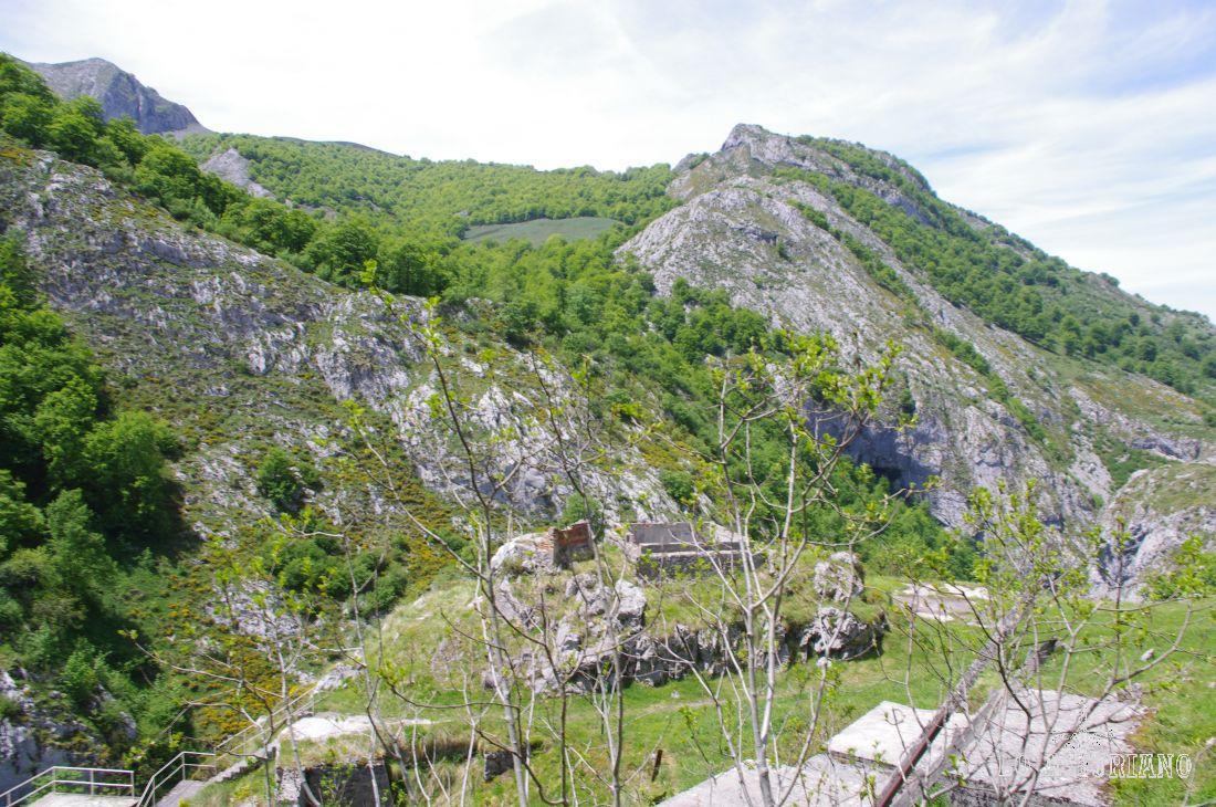Escaleras que descienden hasta la presa, desde el camino que conduce a Carombo.