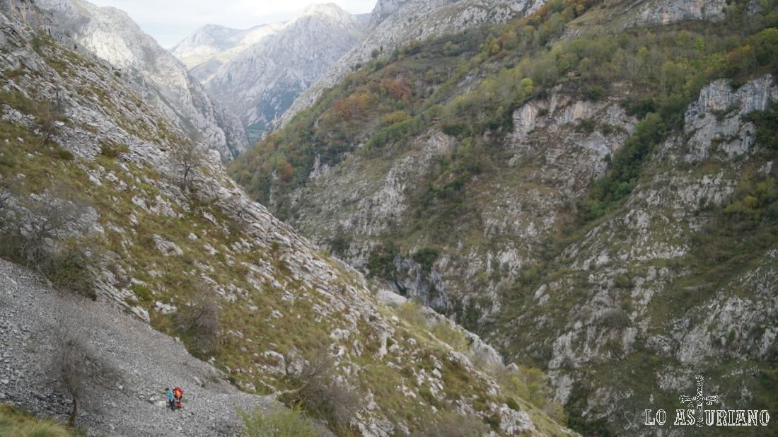 Los 2 senderistas que nos siguen metros más abajo, son simples puntitos de color ante el majestuoso desfiladero.