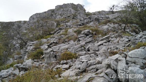 El pedrero y después las cimas rocosas, ya muy cerca de Biamón.
