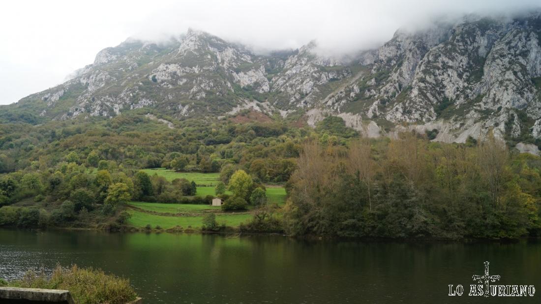 El precioso embalse de Valdemurio, en el concejo de Quirós, Asturias.